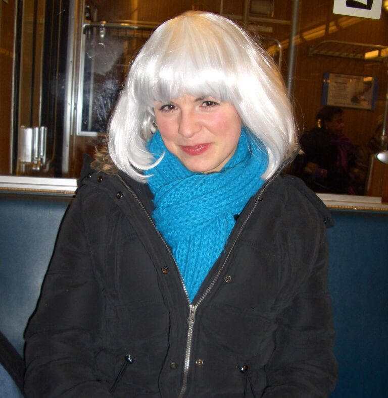 Frau mit türkisem Schal und grauer Perücke - grey is beautiful