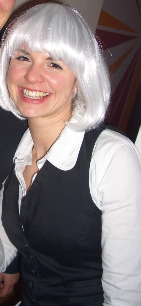 Frau mit grauer Perücke lacht - grey is beautiful