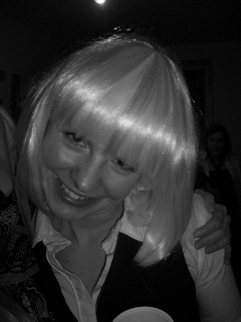 Lächelnde Frau mit Perücke - grey is beautiful